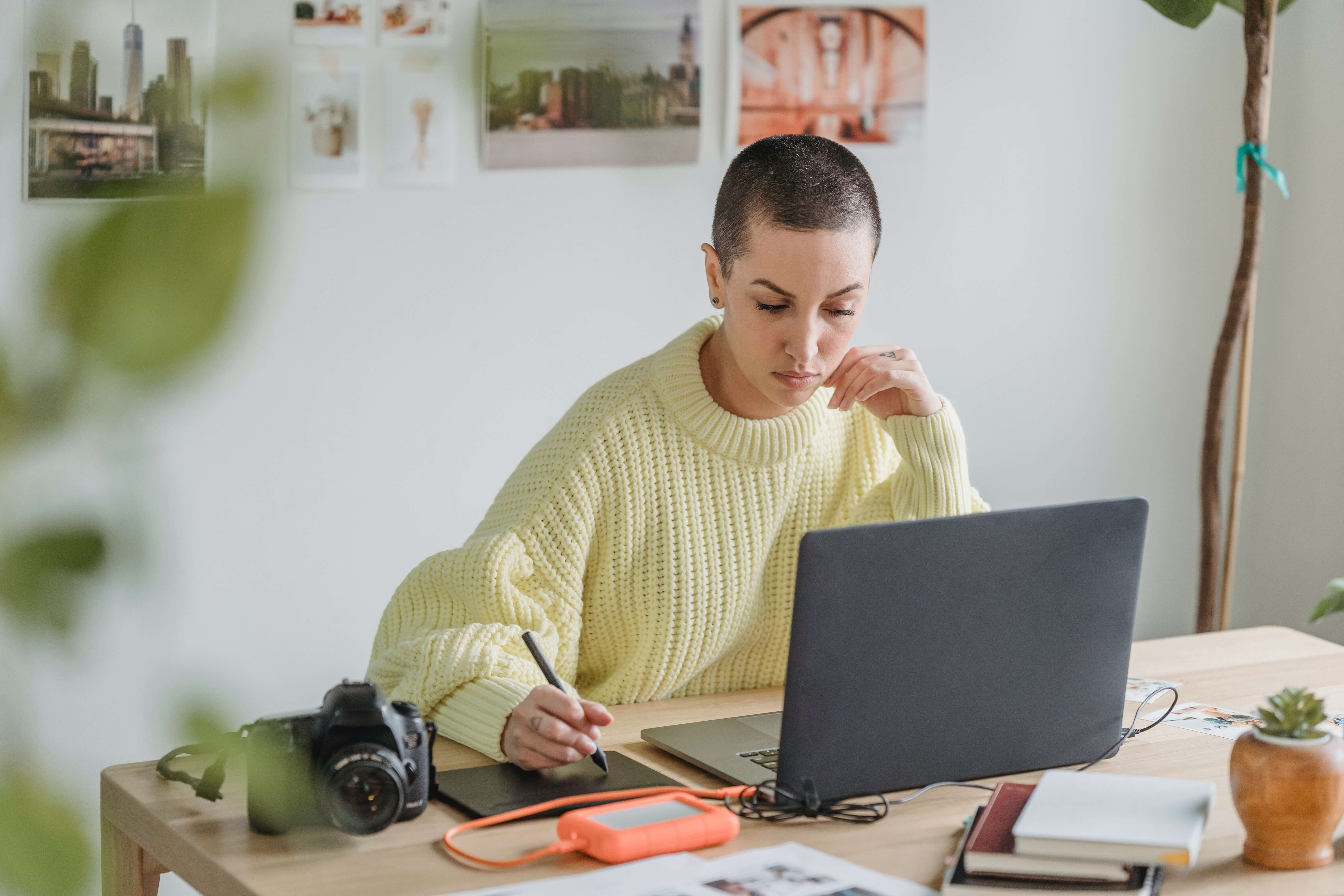 woman_at_desk_planning